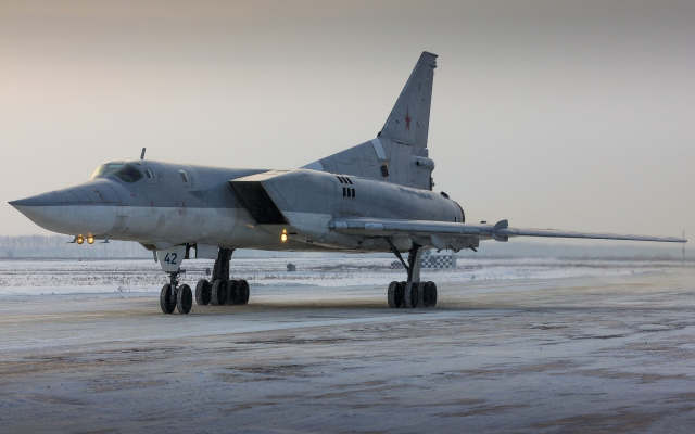 1920x1200 pix. Wallpaper tu-22m, tu-22, tupolev, supersonic, airfield, missile-carrying bomber, bomber, aircraft, aviation
