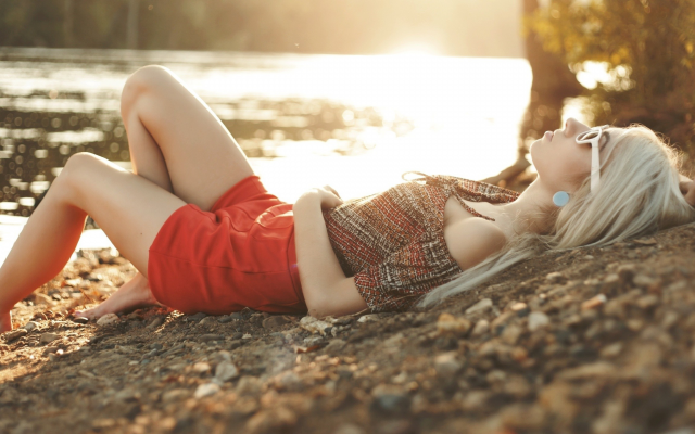 2560x1440 pix. Wallpaper blonde, earrings, painted nails, lying on back, sunglasses, red clothing, bent legs